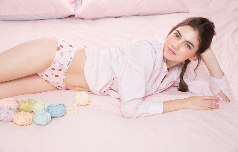 jeune fille allongée sur son lit, vêtue d'une chemise et d'une culotte